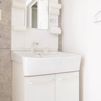 壁紙にシンプルな洗面台がいい感じ♪(※写真は2階の同間取り別部屋のものです)