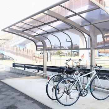 自転車置き場も屋根付きで安心。