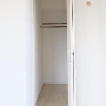 ウォークインクローゼットは小さめの棚付き。(※写真は2階の同間取り別部屋のものです)