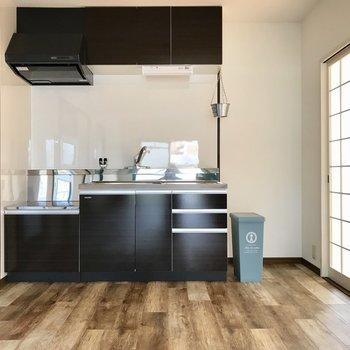 お部屋に似合うブラックブラウンのキッチン。隣は冷蔵庫、延長コードが必要かな。 (※写真の小物は見本です)