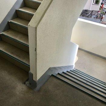 階段を登って2階まで!このくらいは逆にいい運動になるよね。