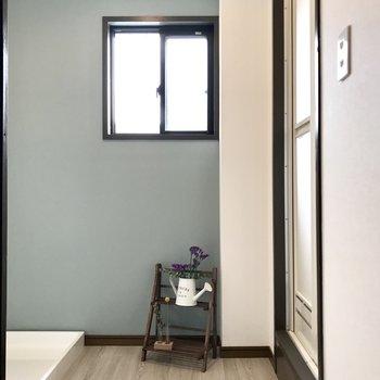 サニタリーにも窓付き。ブルーの壁が爽やかね。 (※写真の小物は見本です)