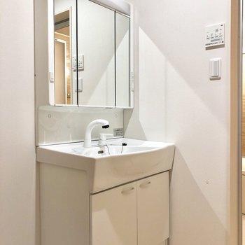 【下階】独立洗面台も3面鏡で使いやすそう!