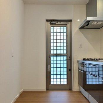 【下階】キッチン横にも窓があります!後ろも広々なので、家電もたくさん置けますね!