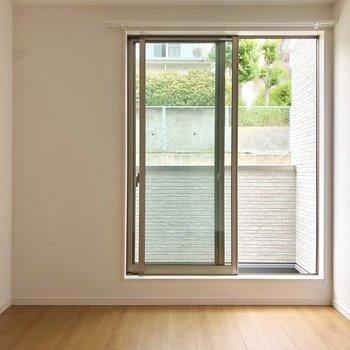 【上階間取り図上の洋室】西向きですが、柔らかな日当たりです!