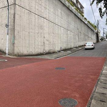 家の前は坂です。坂の上にバス停が!