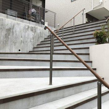駐車場からお部屋までは、少し階段を登ります。