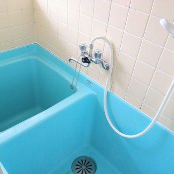 ブルーが爽やかなコンパクトな浴室