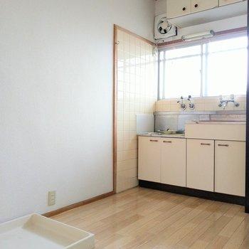 洗濯機置場とキッチンの間に冷蔵庫が置けそう◎