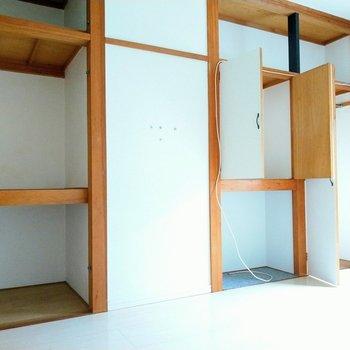 壁一面の収納!テレビもしまって見れるようになっています!座椅子などを準備したらよさそう◎