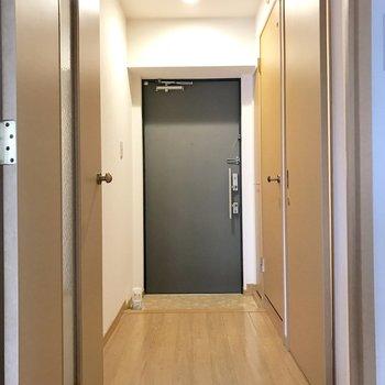傘立ては玄関扉に磁石でくっつけるタイプのものがおすすめ。