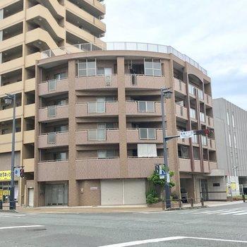 交差点の角にあるマンション。