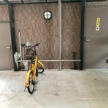 駐輪場は駐車場の奥に。