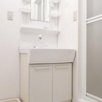 小物トレイもしっかりついてる洗面台です