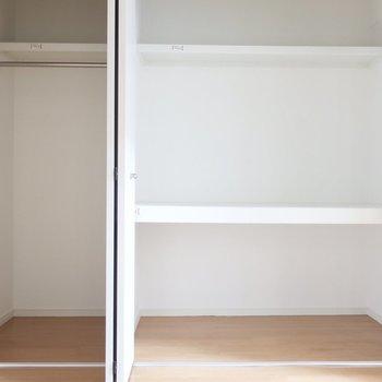 クローゼットは中棚もあるから上下しっかり収納できる!