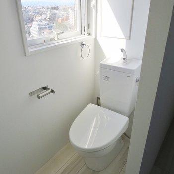 トイレは小窓付きなので換気も楽ちんです※写真はクリーニング前のものです