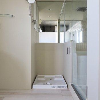 洗濯機置き場の上部には鏡が付いています。※写真は前回募集時のものです