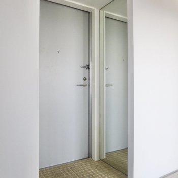 玄関には身だしなみがチェックできる全身鏡が!※写真は前回募集時のものです