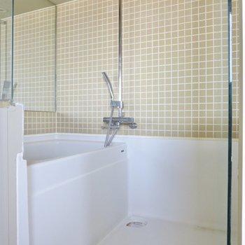 お風呂はタイルがアクセントになっています。※写真は前回募集時のものです