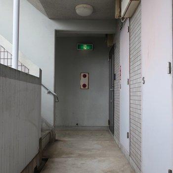 共用廊下は外に面しているから明るいですね