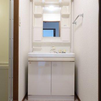 ゆったり洗面台は身支度も楽にできますね