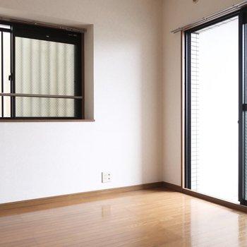 6帖の洋室には窓がたっぷりと