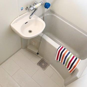 お風呂はお手入れ簡単2点ユニット。サーモ水栓が使いやすい◎(※写真の小物は見本です)