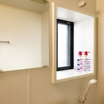 窓付きの明るいお風呂って憧れるなぁ〜(※写真の小物は見本です)