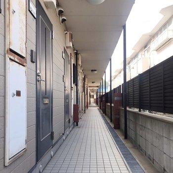 2つ棟が並んだ手前の建物。1番奥の角部屋です。