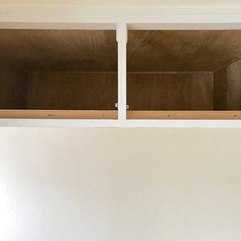天井近くにある収納。軽いもの、あまりつかわないものを置く場所にちょうど良さげ。