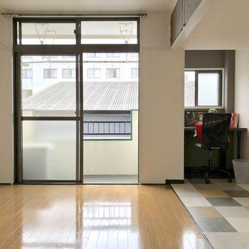 右奥がPCスペース。煮詰まってきたら窓を開けて深呼吸。(※写真のイスと小物は見本です)