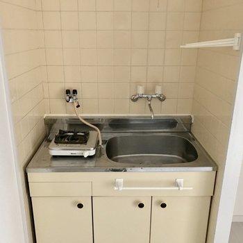 コンパクトなキッチン。シンクトレイを設けて作業スペースを確保。