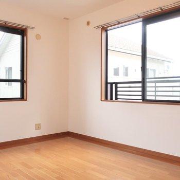 6.1帖の洋室は2面の窓のおかげで明るさと風通しがしっかり!