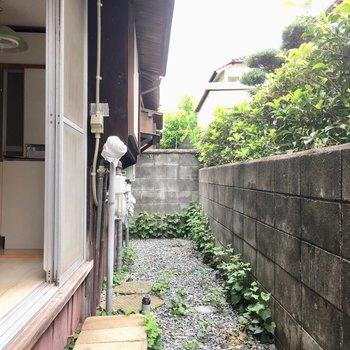 キッチン横の窓外に洗濯機置場です。