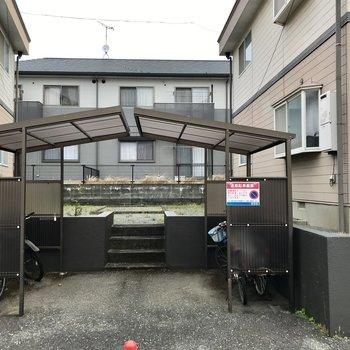 駐輪場も屋根付きだから雨で濡れる心配もない!
