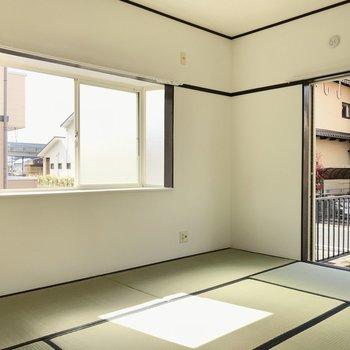 バルコニー側の和室も2面採光。テレビも置けますよ!
