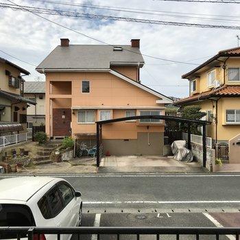 眺望は目の前のお家。住宅街だから人通りがめちゃくちゃあるわけではありません。