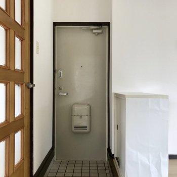 玄関はリビングから丸見え。可愛く飾りたい。
