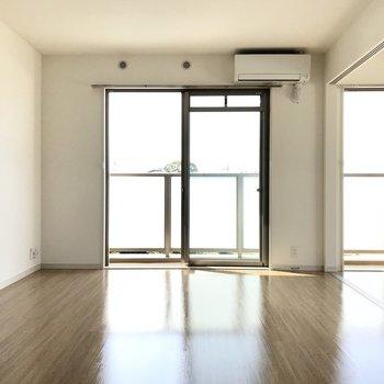 11帖のリビング、まずはソファーをどこに置こうって考えちゃいました。※写真は3階の反転間取り角部屋のものです