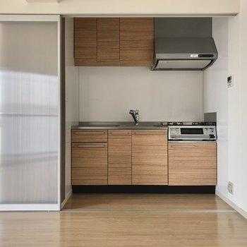 こんにちはキッチン!普段は生活感を出さないように隠しておきましょ。冷蔵庫はお部屋の中に置くことに。※写真は3階の反転間取り角部屋のものです