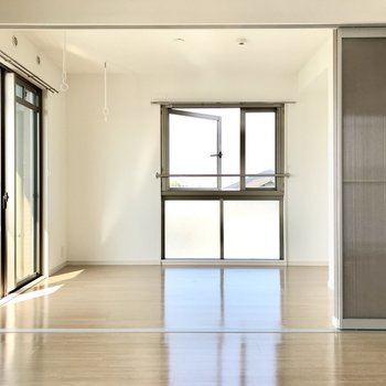 お隣の洋室は引き戸で隠すことも。※写真は3階の反転間取り角部屋のものです