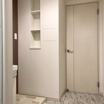 サニタリーにはちょっとした棚が。洗剤をお洒落なボトルに入れて置きたい。※写真は3階の反転間取り角部屋のものです
