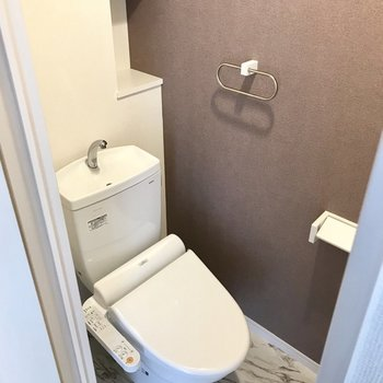 トイレはウォシュレット付き。後ろの棚にお花を飾りたい。※写真は3階の同間取り別部屋のものです