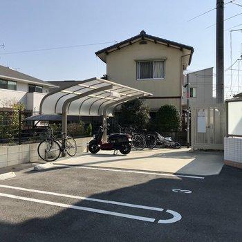 駐輪場も屋根付き。駐車場も目の前なので楽ちん。