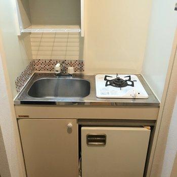 キッチンは超コンパクトです。※写真は2階の反転間取り別部屋のものです