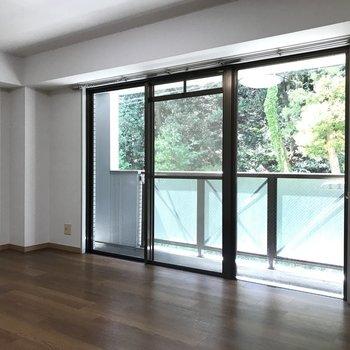 窓からの風景に癒やされます。※写真は2階の反転間取り別部屋のものです