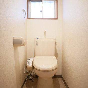 トイレは窓があって明るい ※写真は前回募集時のものです。