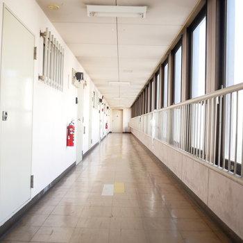 共用廊下は渋め ※写真は前回募集時のものです。