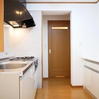 キッチンの奥に脱衣室 ※写真は前回募集時のものです。