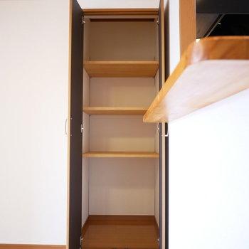 キッチン前には可動棚のある収納 ※写真は前回募集時のものです。